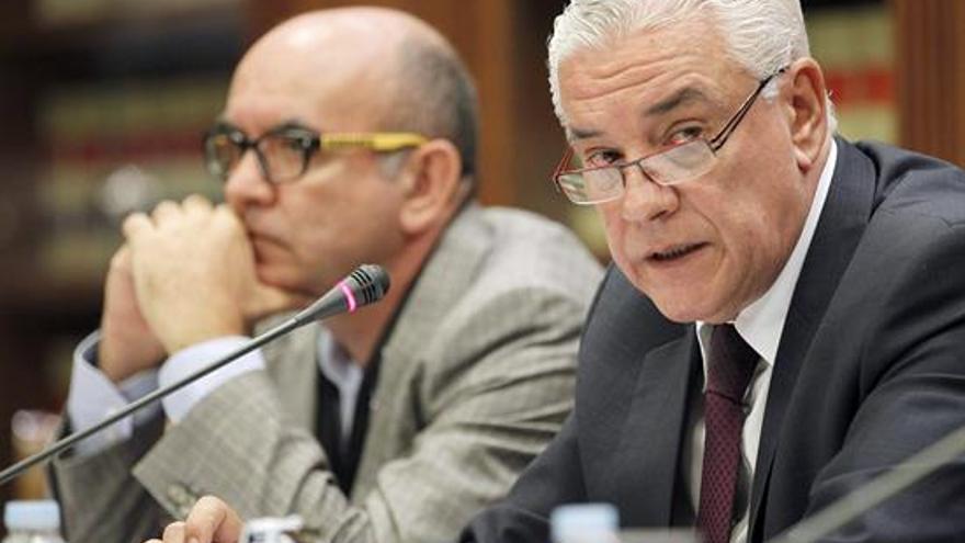 El consejero regional de Agricultura, Juan Ramón Hernández (d), en comisión parlamentaria.