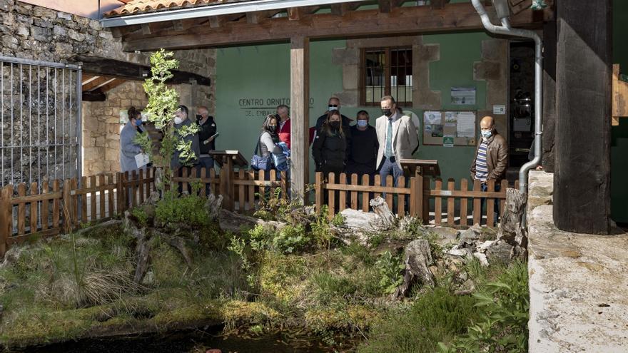 El consejero Guillermo Blanco visita al equipo de mantenimiento de uso público de Naturea en La Población de Yuso