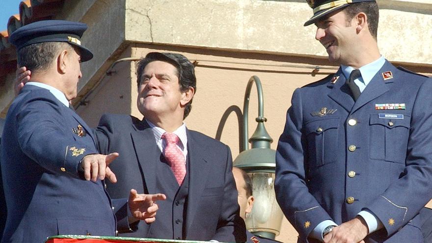Federico Trillo y el entonces príncipe Felipe, junto al jefe del Ejército del Aire, Eduardo González-Gallarza