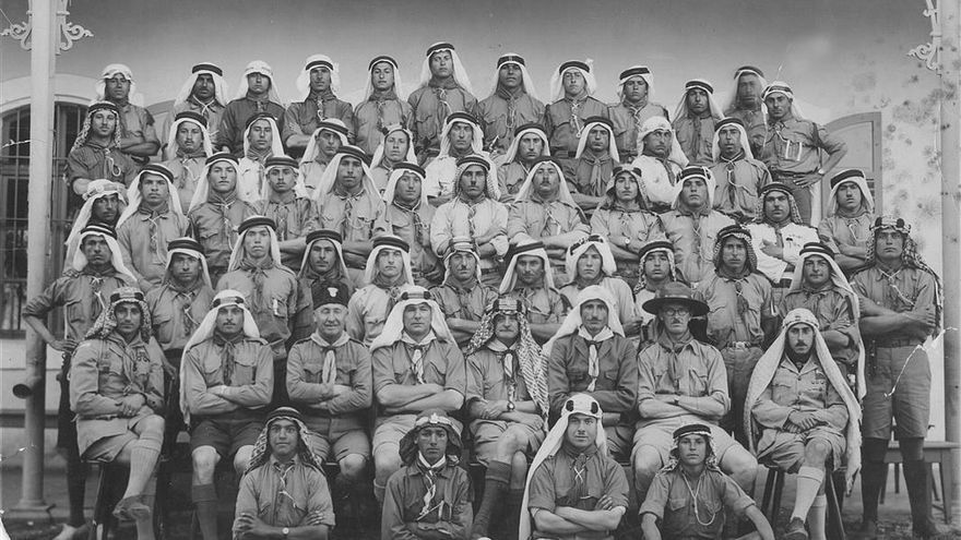 Grupo de scouts, fotografía perteneciente al álbum de la familia Saqqa de la ciudad palestina de Belén.