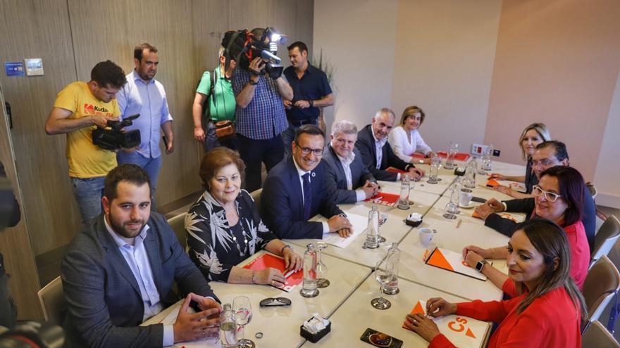 Los comités negociadores de PSOE y Cs durante su encuentro oficial del viernes 7 de junio