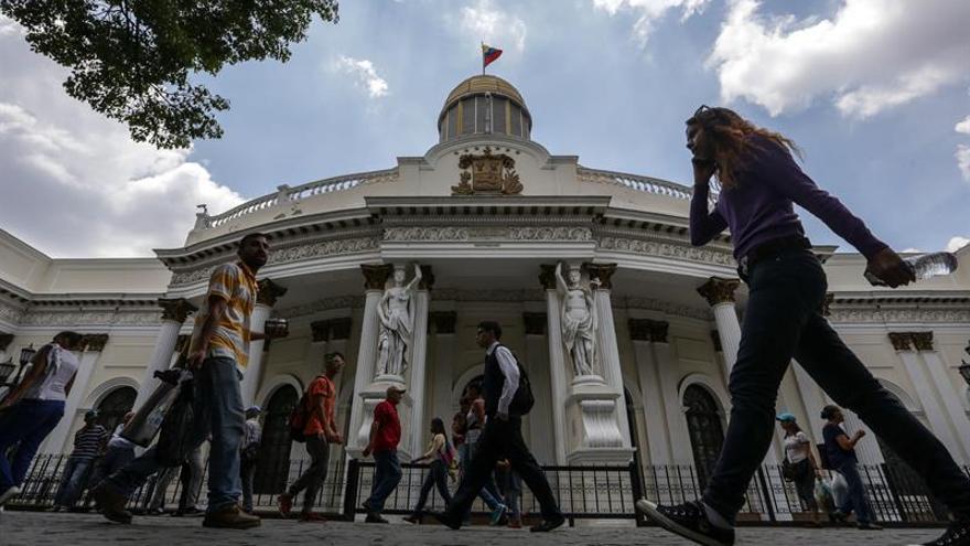 Chavistas rodean el Parlamento y lanzan cohetes pirotécnicos en los alrededores