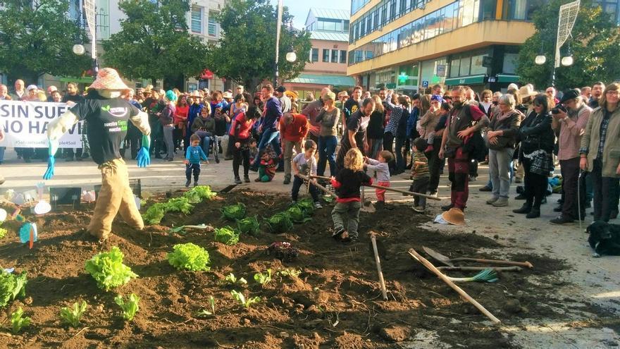 Una protesta contra el proyecto de Las Excavadas convierte en una granja los aledaños del Ayuntamiento