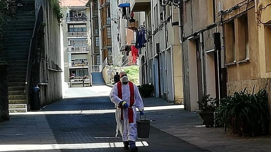Fran Pinilla, párroco de la iglesia de San Severino de Balmaseda (Bizkaia) bendiciendo las calles durante el estado de alarma