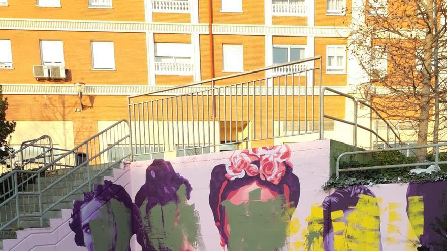 La réplica del mural feminista de Ciudad Lineal, que se pintó el pasado 6 de marzo junto a la estación de Getafe Central