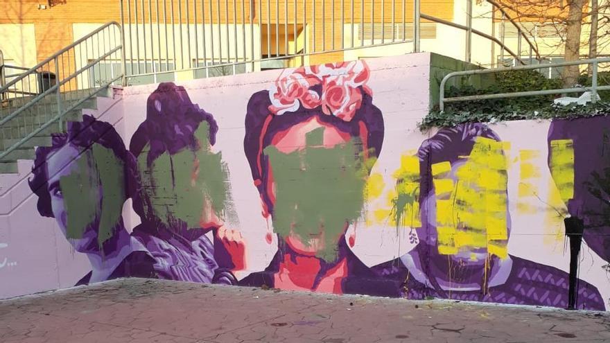 La réplica del mural feminista de Ciudad Lineal, que se pintó el pasado 6 de marzo junto a la estación de Getafe Central.