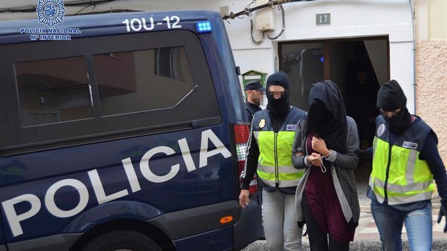 Fotografía facilitada por la Policía Nacional de la detención en Pájara (Fuerteventura) de la joven de 19 años acusada de pertenecer a la organización terrorista Dáesh.
