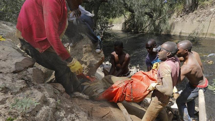 Matan a 11 mineros a tiros en una excavación abandonada de Johannesburgo
