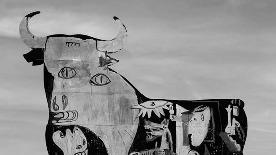 El grafitero murciano Sam3 pinta el Guernica en un toro Osborne en Santa Pola (Alicante) como denuncia antitaurina