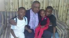 Aimbe Kabamba, padre de Samuel y pareja de Veronique, con sus hijos.