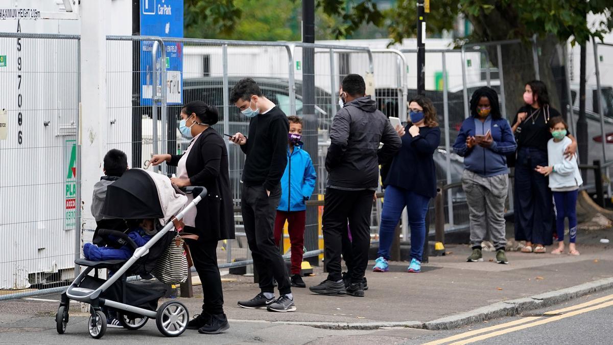 Decenas de personas esperan su turno para realizarse un test de coronavirus en Londres.