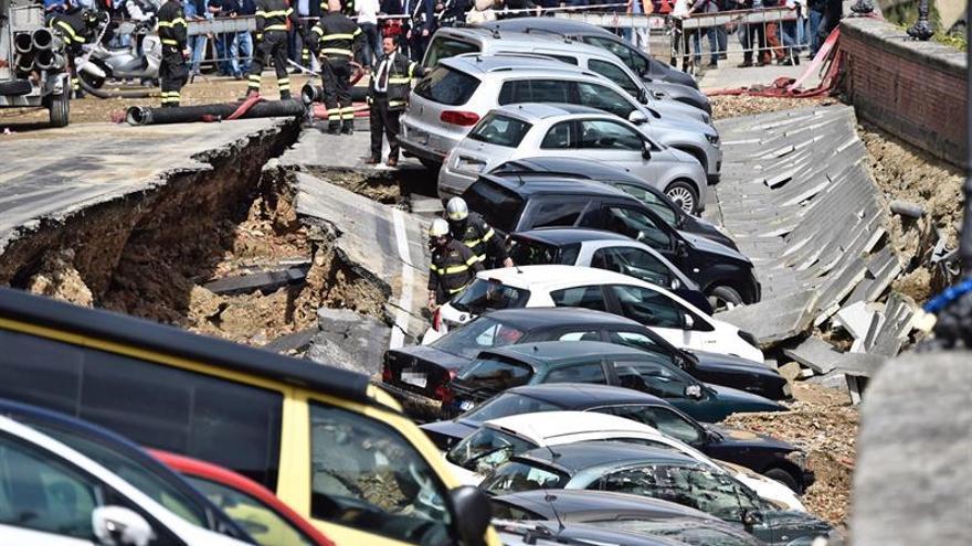 Un socavón a orillas del Arno en el centro de Florencia engulle a 20 coches