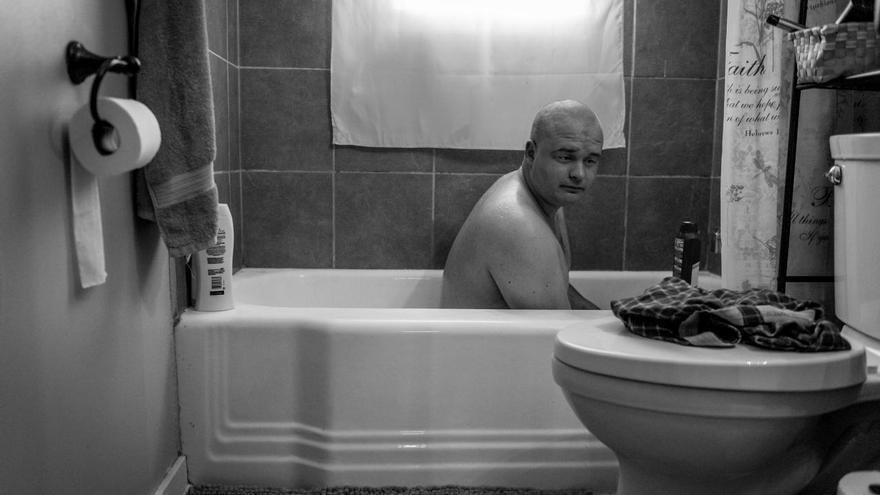 'Male Rape', segundo premio de la categoría 'Problemas contemporáneos'. El exmarine estadounidense Ethan Hanson se baña en su casa en Austin, Minnesota. Lo hace después de que un trauma sexual experimentado durante su servicio militar le dejara incapaz de ducharse.