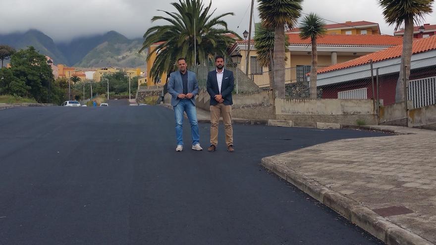Jonathan Felipe (i) y Borja Perdomo en una de las calles asfaltadas.