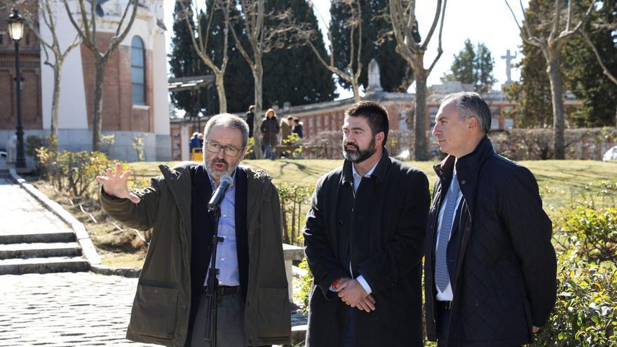 Javier Barbero, presidente de Funeraria, el vicepresidente, Carlos Sánchez Mato y Fernando, el gerente durante unas jornadas abiertas en el cementerio de la Almudena.