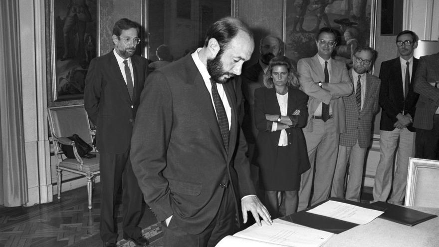 El secretario de Estado de Educación, Alfredo Pérez Rubalcaba (c), toma posesión de su cargo en un acto presidido por el titular del Departamento, Javier Solana (i), en la sede del Ministerio en 1988