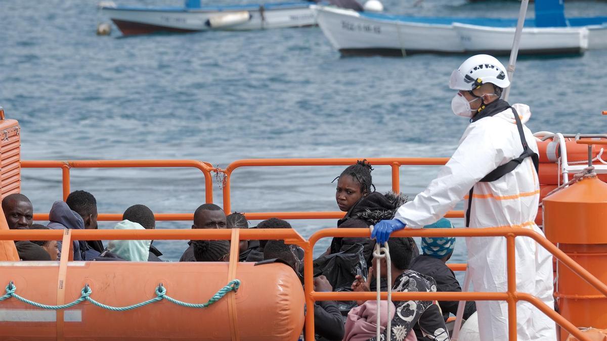 La Salvamar Macondo, de Salvamento Marítimo, llegando el pasado lunes 13 de septiembre al puerto de Arguineguín (Gran Canaria).