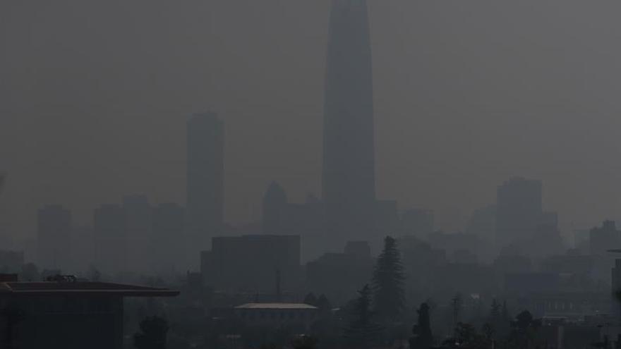 La capital chilena cubierta por el humo de varios incendios