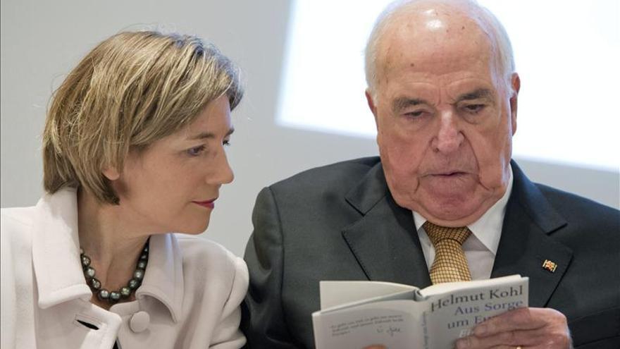 Kohl presenta su nuevo libro con críticas a sus sucesores y elogiado por Juncker