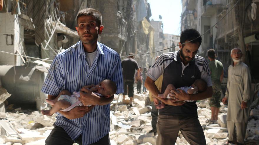 Civiles en zonas atacadas huyen con bebés en brazos © AMEER ALHALBI/AFP/Getty Images