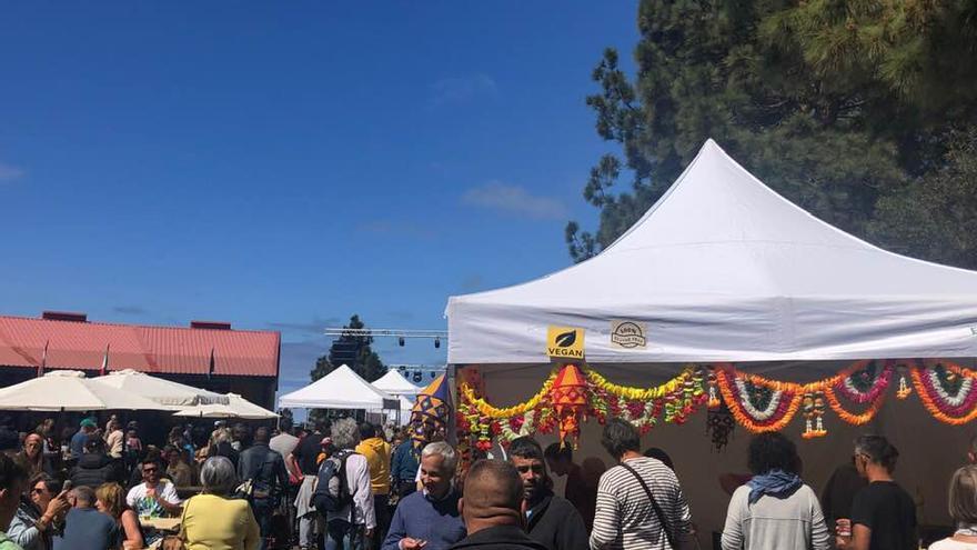 Numerosas personas se han dado cita en el quinta edición de la Feria 'Culturas del Mundo' que se ha celebrado, un año más, en el entorno del Mercadillo Municipal del Agricultor de Puntagorda.