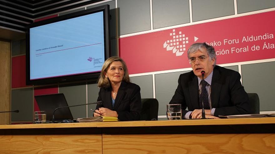 El diputado de Hacienda de Álava, José Luis Cimiano (derecha)