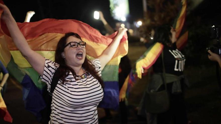 Una mujer en una manifestación por los derechos de los homosexuales en Costa Rica.