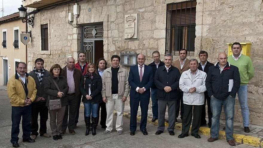 El alcalde de Villalba de los Alcores, en el centro, de beige, junto al presidente de la Diputación de Valladolid