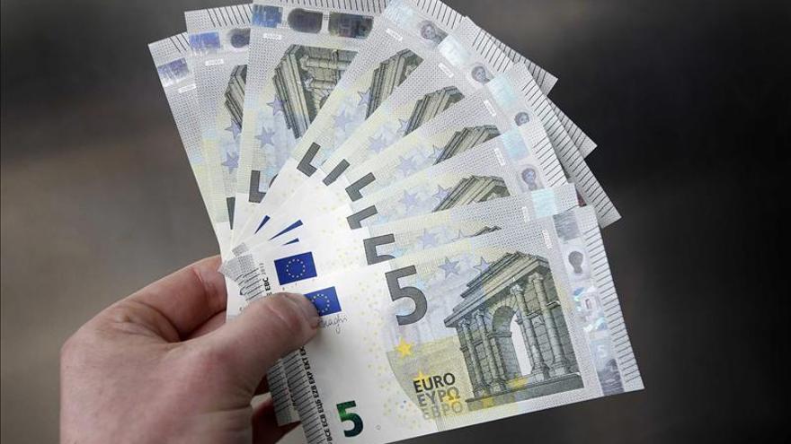 El euro sube a 1,3785 dólares en Fráncfort