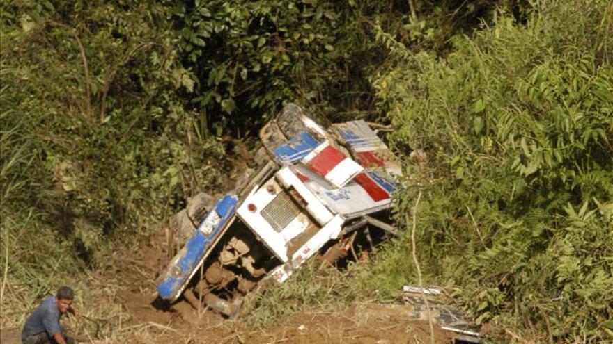 Al menos 21 muertos al caer un autobús en un precipicio en Bolivia