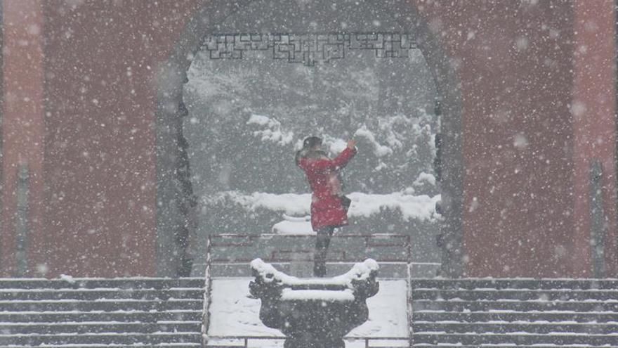 La primera nevada del invierno en Pekín obliga a cancelar docenas de vuelos
