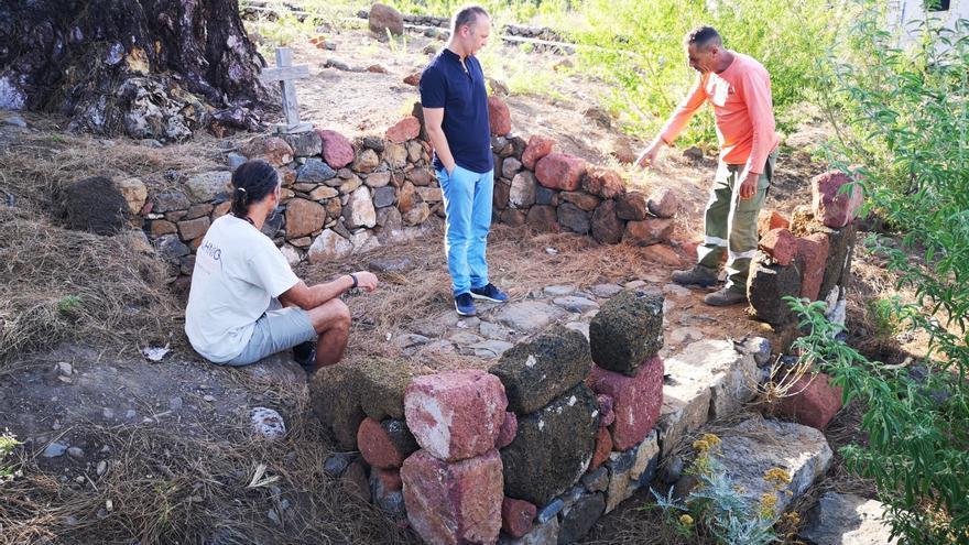 Omar Hernández, concejal de Patrimonio, Medio Ambiente y Turismo de El Paso (d), en las ruinas de la antigua capilla del Pino de la Virgen.