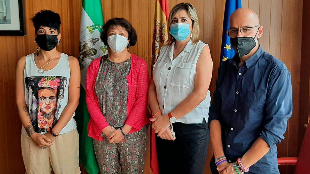 Representantes de CCOO con la subdelegada del Gobierno, Rafaela Valenzuela (segunda por la iqda).