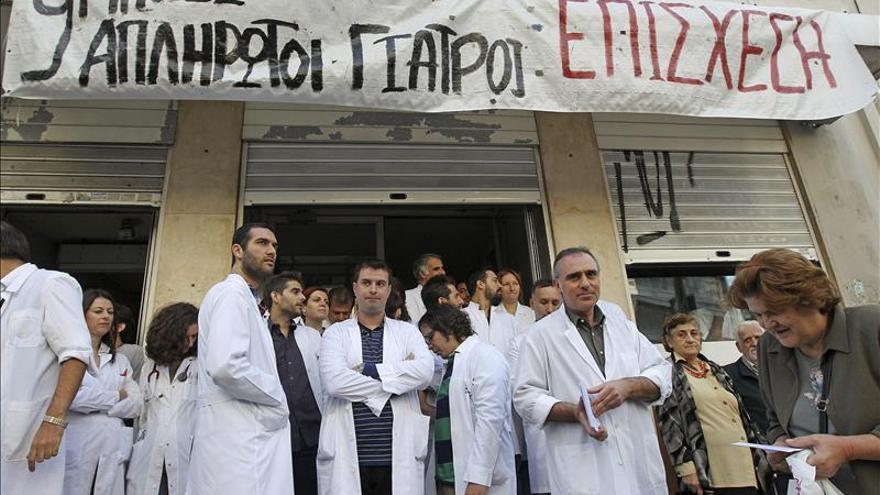 Varios médicos protestan a las puertas del Hospital Policlínico de Atenas (Grecia).