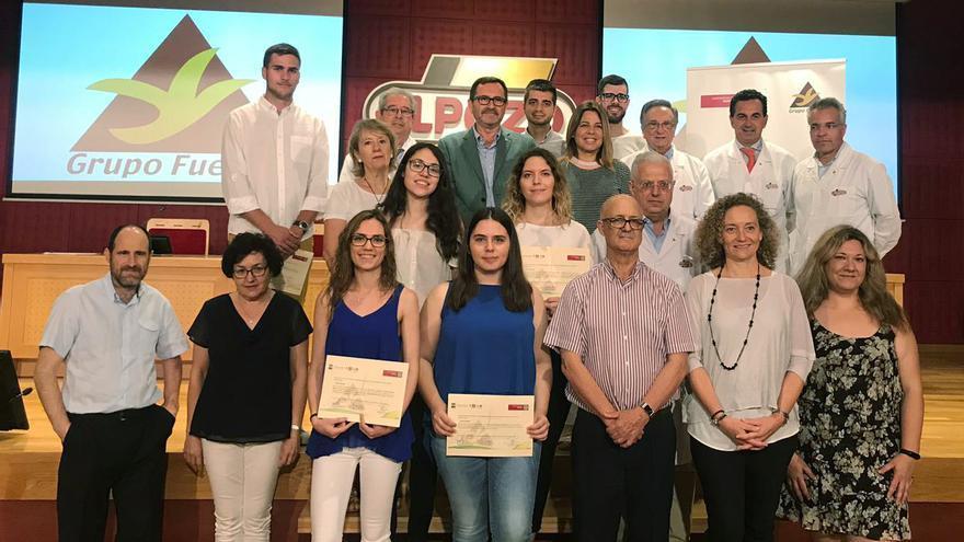 Los alumnos seleccionados para hacer prácticas y sus TFG/TFM con su acreditación, junto a sus tutores y representantes de la UMU y de Grupo Fuertes