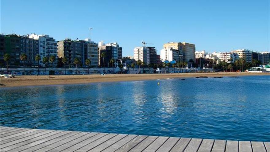 El Ayuntamiento de Las Palmas de Gran Canaria ha prohibido el baño en Las Alcaravaneras tras detectarse en el agua una mancha aceitosa.