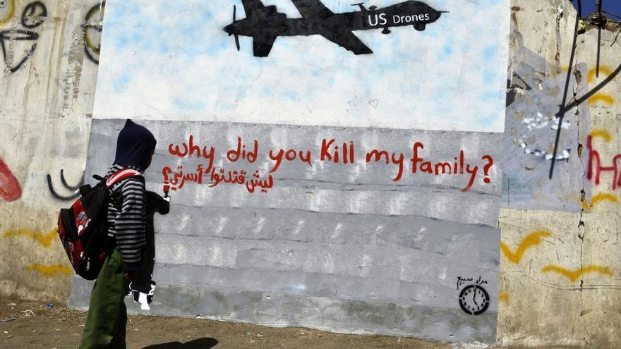 """""""¿Por qué matastéis a mi familia?"""", se lee en la pintada. Los drones de EEUU han matado a cientos de personas en Yemen o Pakistán, entre ellos civiles"""
