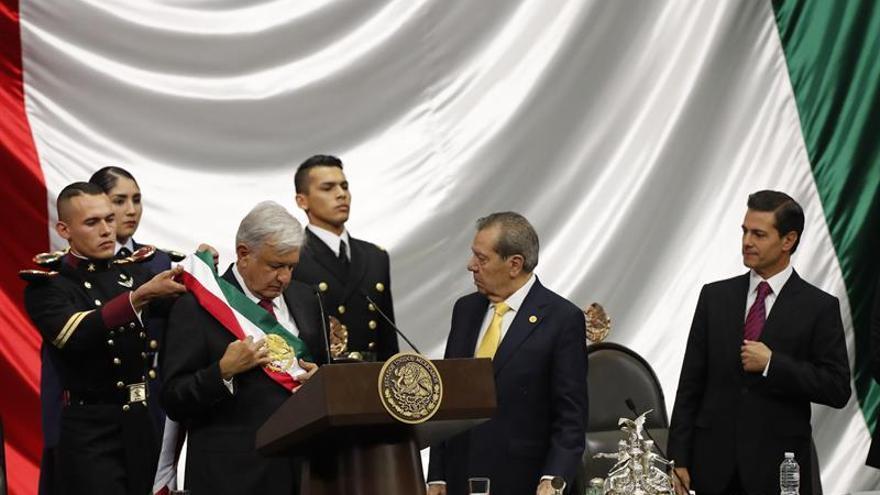 López Obrador recibe la banda presidencial ante el presidente saliente, Enrique Peña Nieto
