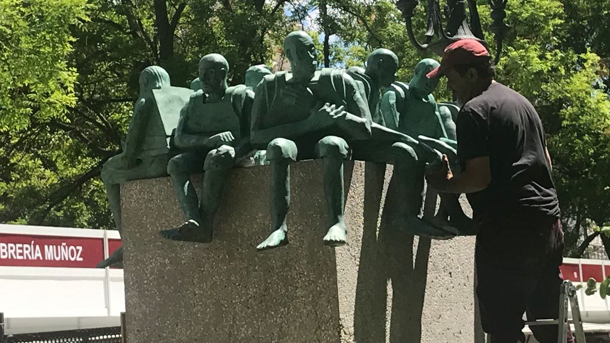 Bel Borba colocando las figuras de su obra 'Refugiados'   SOMOS CHUECA