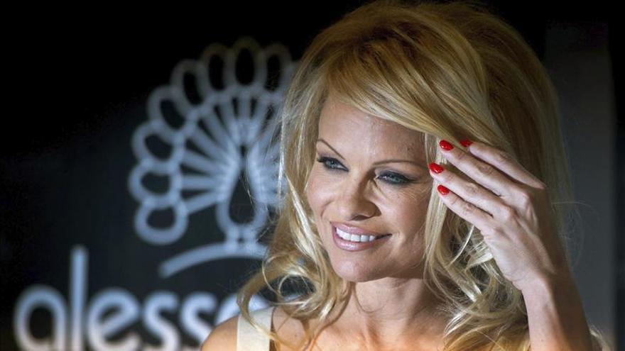 Pamela Anderson ilumina las salvajes playas del Algarve portugués