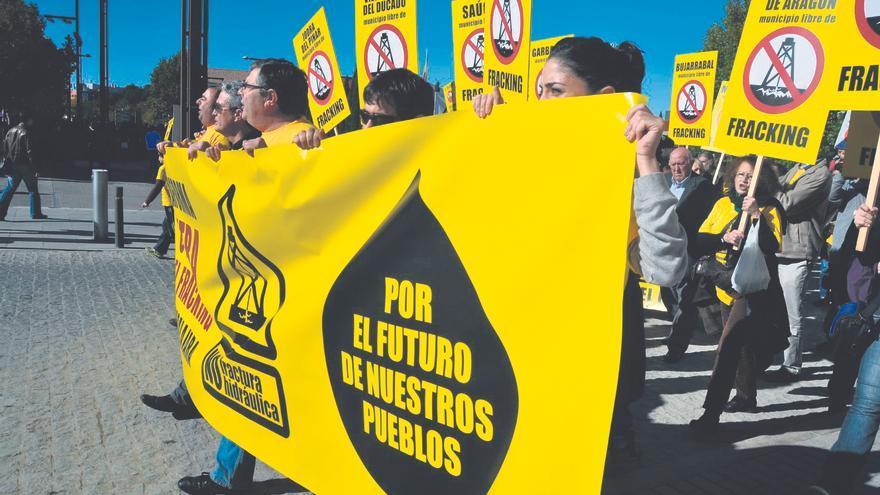 Miembros de la Asamblea contra el fracking, durante una manifestación.