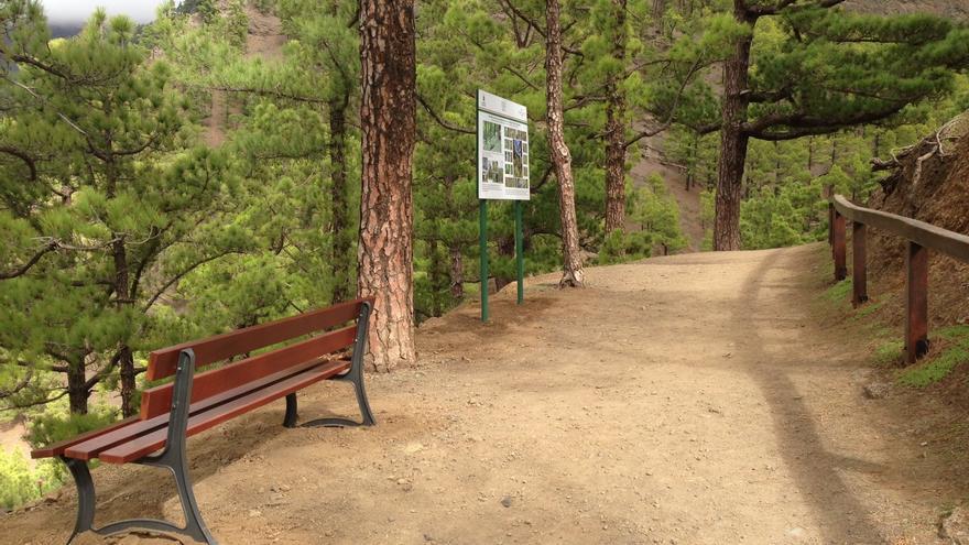 Uno de los bancos instalados entre el mirador de La Cumbrecita y el lomo de Las Chozas.