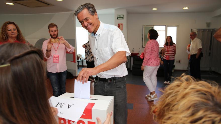 El candidato a la Secretaría General del PSC-PSOE Juan Fernando López Aguilar vota en las primarias.