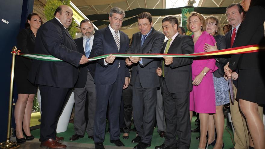 El consejero de Agricultura, en el centro, en el momento de inaugurar esta edición de Expoliva