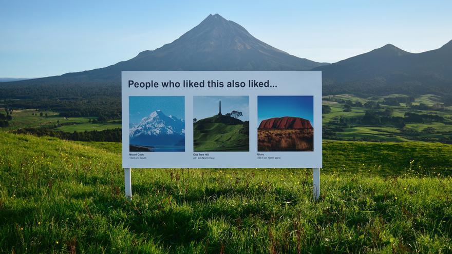 El cartel con recomendaciones que se puede ver ante el Monte Taranaki, al oeste de Nueva Zelanda