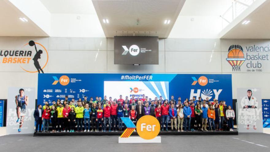 Juan Roig (al centro) posa con todos los deportistas del Proyecto FER