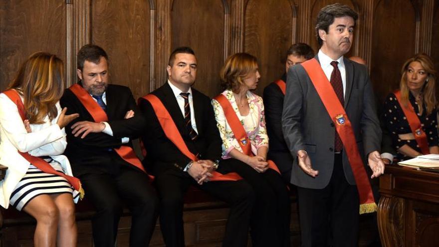 Ana Alós (PP) y José Luis Cadena (Ciudadanos) hablan en la investidura de un sorprendido Luis Felipe (PSOE)