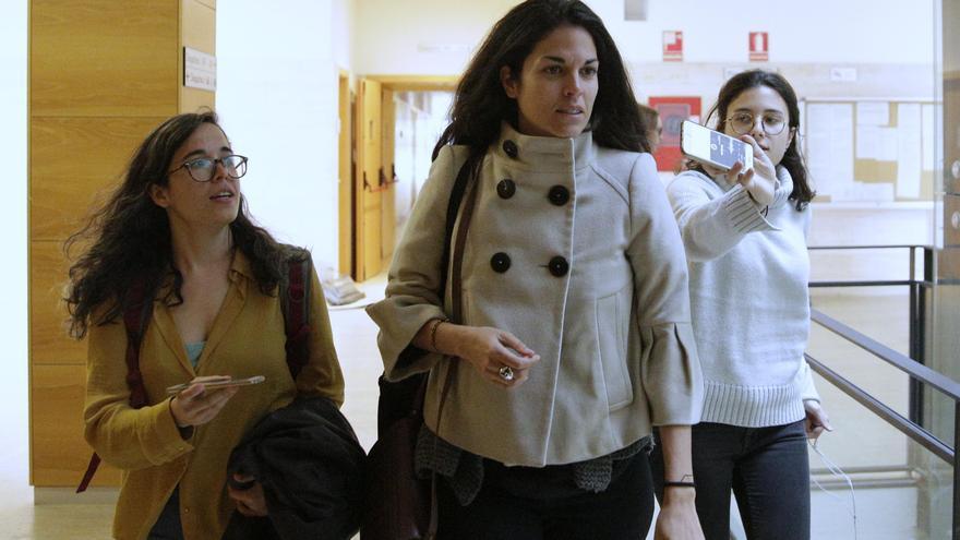 La profesora Cecilia Rosado, que no ha hecho declaraciones a la prensa, en los pasillos de la URJC. Foto: Olmo Calvo