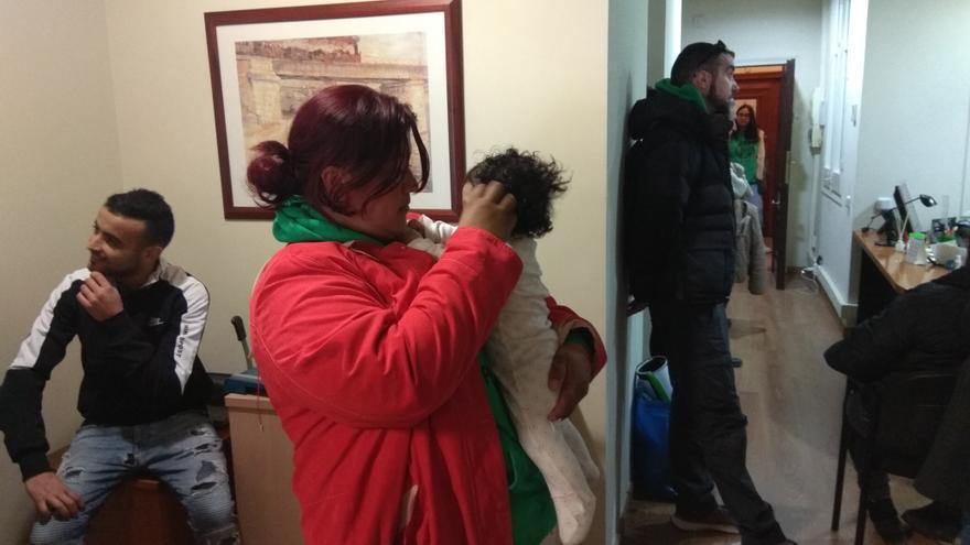 Raquel y su hija en una acción para evitar su deshaucio