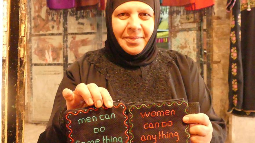 Laila, coperativista en Women´s sewing cooperative en la ciudad vieja de Hebrón | AITOR LOBATO